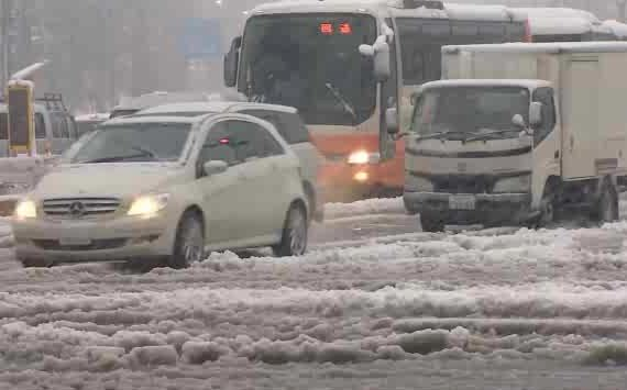 Snow snarls traffic in Tokyo, 14 Jan 2013 (TWN)