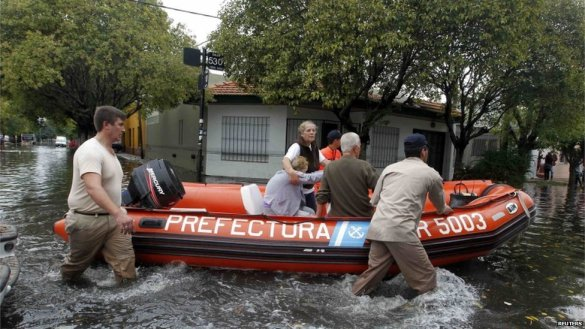 Coast guard rescues woman in La Plata, Argentina, 03 April 2013 (Reuters)
