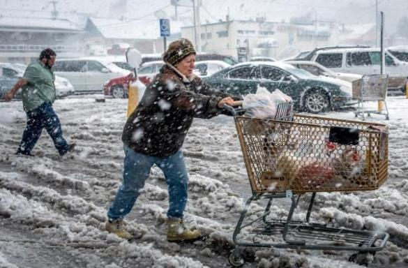 Shoppers stock up during a blizzard in Rapid City, South Dakota, USA, 05 Oct 2013 (AP)