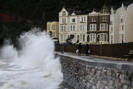Waves crash against the seafront at Dawlish in Devon, England, 28 October 2013 (Reuters) REUTERS/Stefan Wermuth
