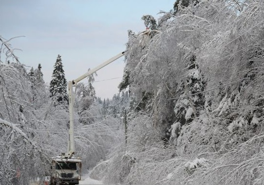 Power crews working in St. George, NB, 28 Dec 2013 (NB Power)