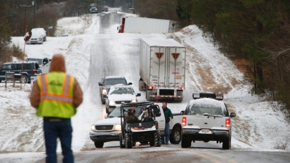 Icy road littered with vehicles near Birmingham, Alabama, USA, 28 Jan 2014 (AP)