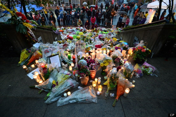 Candlelight vigil outside RCMP headquarters in Moncton, 06 June 2014.  (Canadian Press)