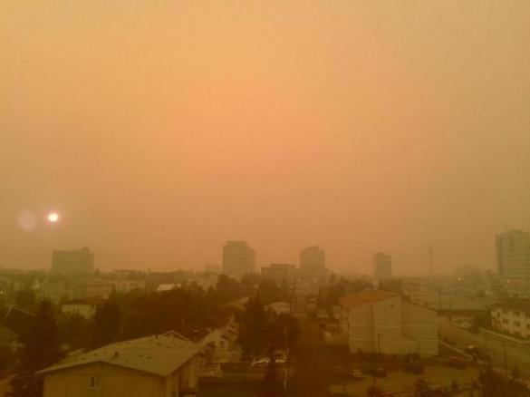 Forest fire smoke envelops Yellowknife, NWT, 16 August 2014 (Twitter)